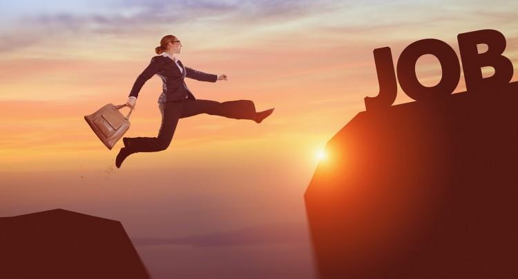 une femme saute pour atteindre un emploi