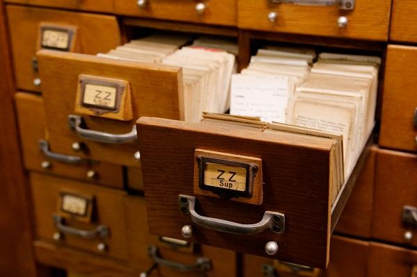 un meuble de bilbiothèque avec des fiches