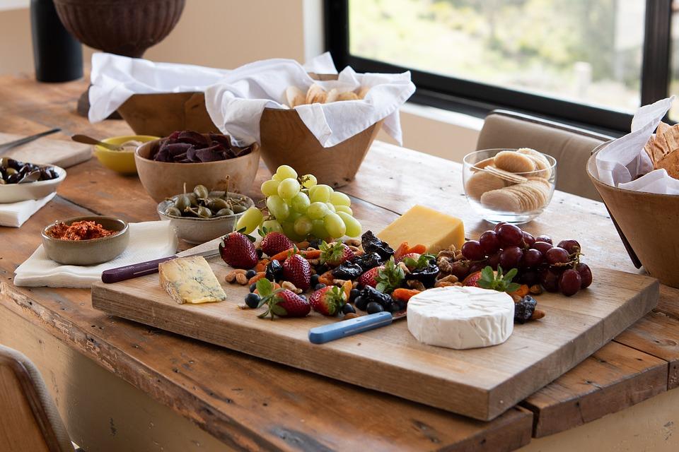 Apéritif dînatoire avec planche de charcuterie et de fromages