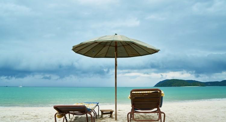 vacances au soleil avec parasol et transat